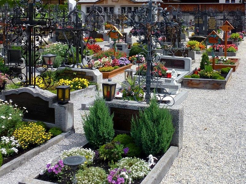 In der Fachrichtung Friedhofsgärtnerei gestalten, bepflanzen und pflegen Gärtner/innen Grabstätten und erstellen Grabschmuck sowie Dekorationen wie zum Beispiel Trauergebinde, Kränze und Pflanzschalen. Dabei berücksichtigen sie die Wünsche der Kunden ebenso wie die Richtlinien zur Grabgestaltung.