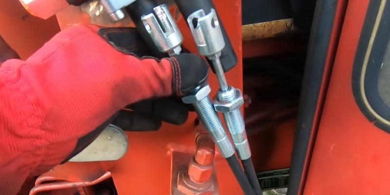 Landmaschinenmechaniker überprüft die Hydraulik